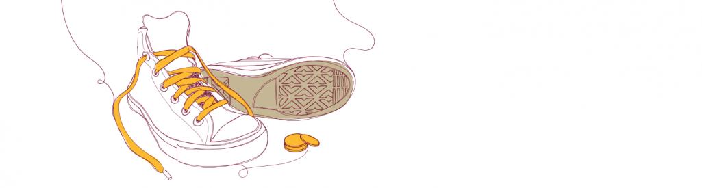 Um par de tênis com algumas moedas ao lado